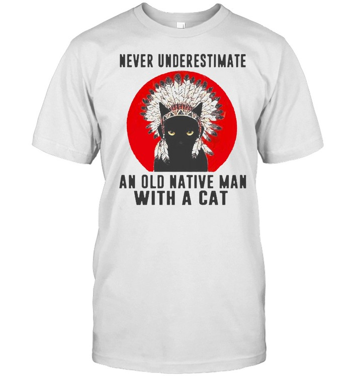 Native American never underestimate an old man with a cat shirt Classic Men's T-shirt